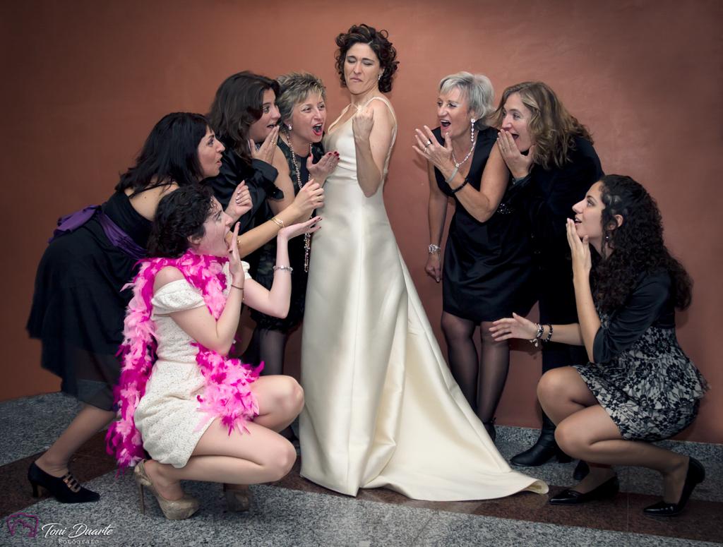 novia enseñando anillo